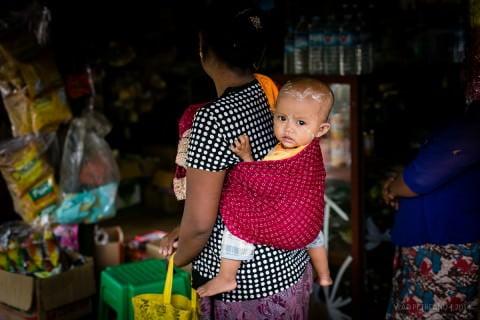 În satul Indein, de la marginea lacului Inle, o mămică şi-a luat copilul la cumpărături.
