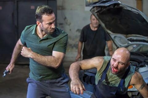 """În """"Umbre"""", o nouă producţie HBO Europe în România, Relu (Șerban Pavlu) este un taximetrist care face bani ca recuperator pentru un mafiot local."""