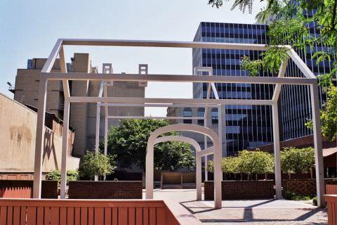 """""""Casa fantomă"""", proiectată de arh. postmodernist Robert Venturi pe locul vechii proprietăţi a lui Benjamin Franklin."""