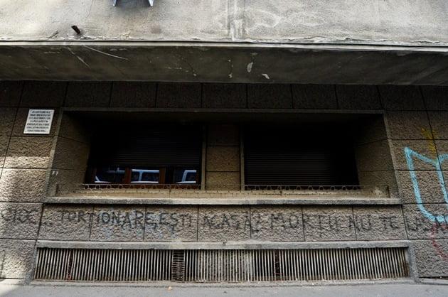 """Graffiti pe peretele casei lui Alexandru Vişinescu: """"Cioc-cioc? Torţionare, eşti acasă? Morţii nu te lasă..."""""""