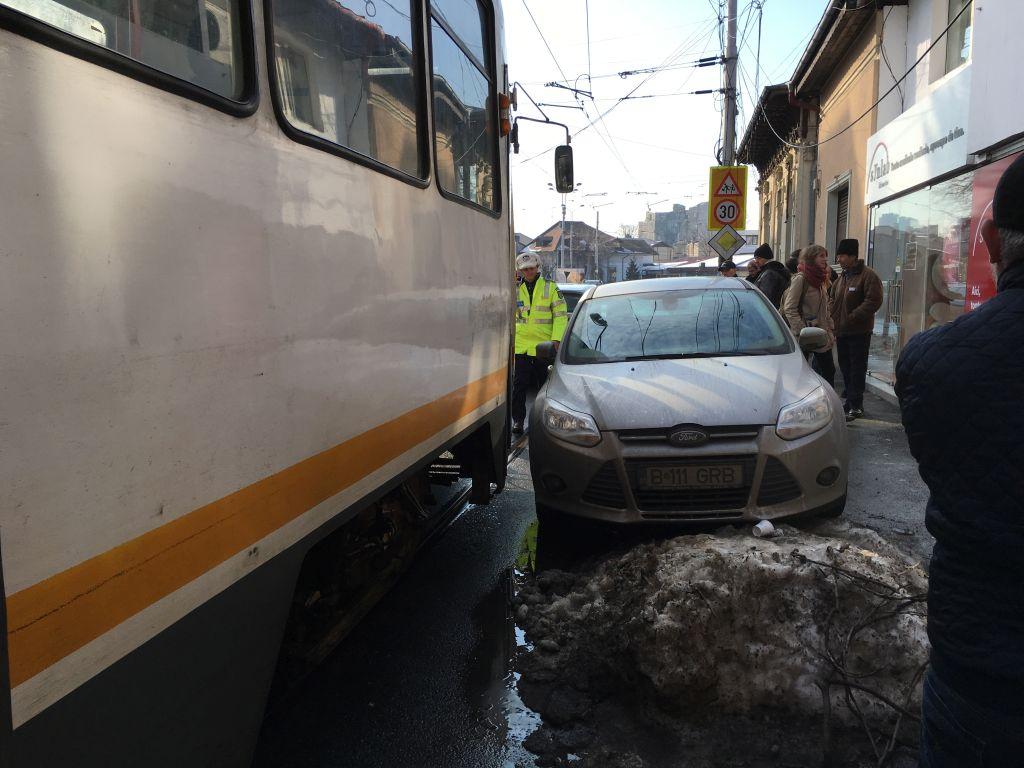 Vineri, circulaţia tramvaielor a fost blocatăe în Bucureşti, pe strada Viitorului, de un şofer care şi-a lăsat maşina în drum. Foto: Sorin Bogdan