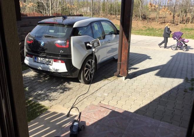 BMW i3 la încărcat în fața casei.