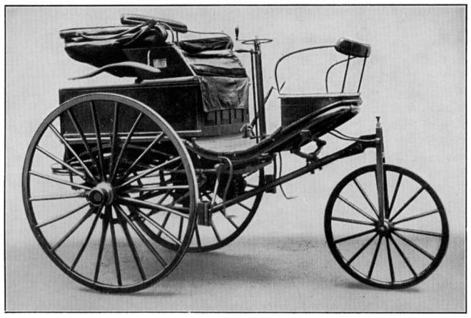 Benz Patent-Motorwagen Nr. 3 din 1888, considerat primul automobil cu motor cu ardere internă din istorie. Bertha Benz, soția inventatorului, a făcut o călătorie de 194 km cu acest vehicul, în august 1888, pentru a demonstra fiabilitatea mașinii. A alimentat prima dată la 35 de km de la plecare, cu ligroină (o benzină ușoară) pe care a cumpărat-o de la farmacie. Începuturile sunt dificile, nu?