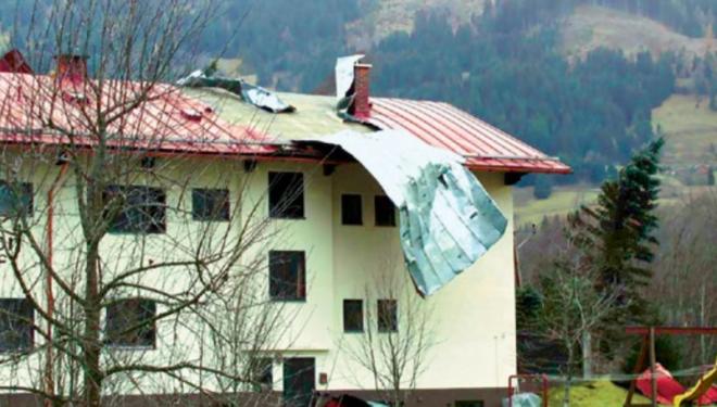 Bate vântul și ai un acoperiș de tablă? Mult noroc!