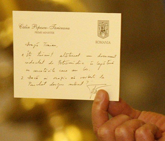 Presedintele Romaniei, Traian Basescu arata biletul primit de la premierul Calin Popescu Tariceanu, in primavara anului 2005, in cadrul unei declaratii de presa, la Palatul Cotroceni, in Bucuresti, miercuri, 17 ianuarie 2007.  Presedintele Traian Basescu a declarat ca, la intoarcerea din Serbia, a trimis la Guvern raportul si cardul de corespondenta privata cu primul-ministru Calin Popescu Tariceanu, precizand ca semnificatia cardului era ca premierul ii propunea un parteneriat cu oligarhiile. BOGDAN BARAGHIN/MEDIAFAX FOTO
